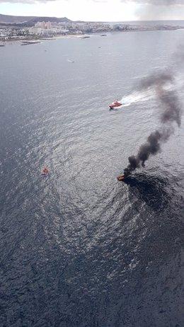 Embarcación incendiada tras sufrir la explosión