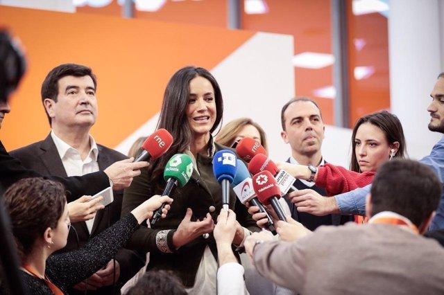 Begoña Villacís atiende a los medios de comunicación