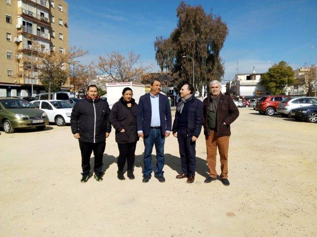 El concejal del PP Ignacio Flores, en la barriada Santa Aurelia de Sevilla