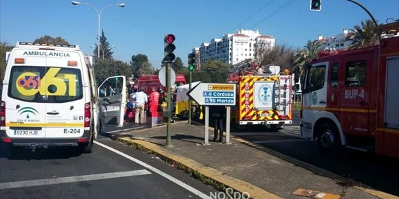 1. Un muerto y dos heridos en un accidente de tráfico en Sevilla capital