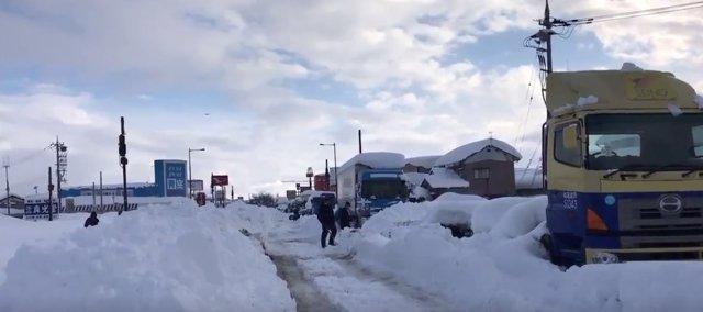 Vehículos atrapados por la nieve en Japón