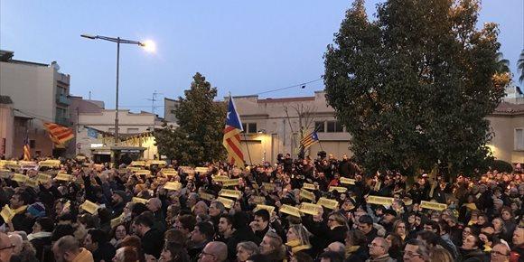 3. Centenares de personas se concentran en el pueblo de Junqueras para pedir su libertad