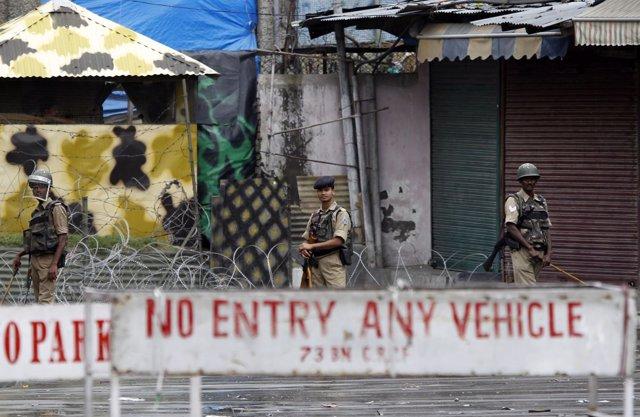 Policía controlando la Cachemira india