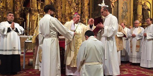 7. Valeriano Antoñanzas recibe la Ordenación del Diaconado Permanente de manos de Monseñor Carlos Escribano