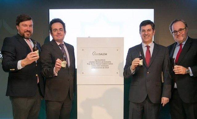 El presidente de Damm, Demetrio Carceller, junto al ministro portugués