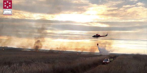 4. Medios aéreos trabajan en la extinción de un fuego que afecta al parque natural Prat de Cabanes (Castellón)