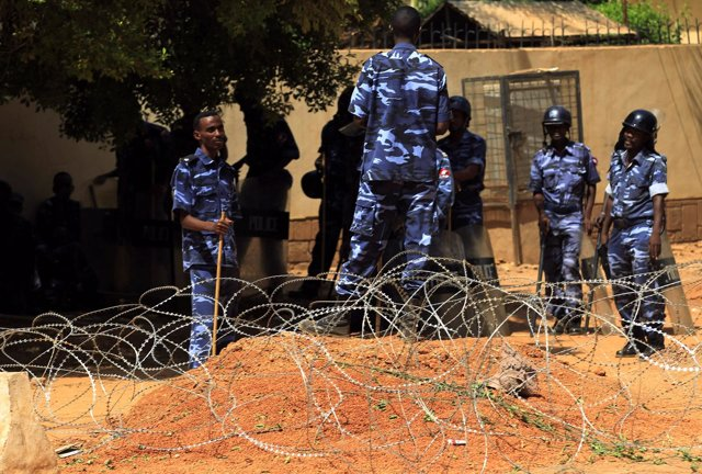 Agentes de la Policía antidisturbios en Jartum