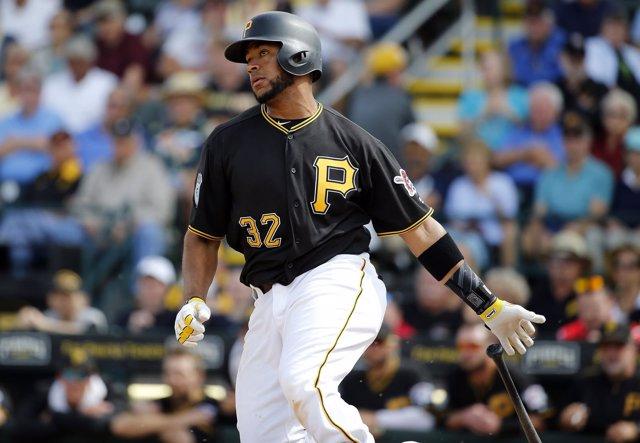 El receptor venezolano de los Pittsburgh Pirates Elías Díaz