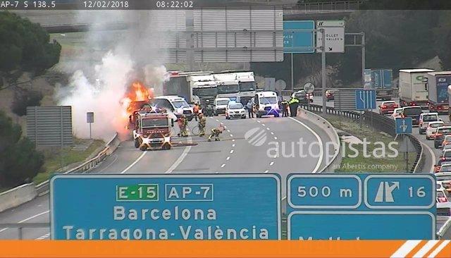Camión incendiado en la AP-7 en Mollet del Vallès (Barcelona)