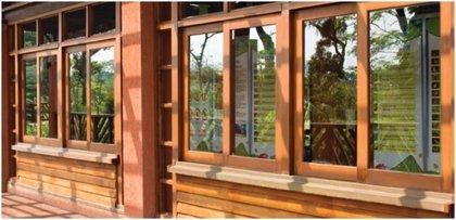 Las ventanas de madera que protegen y decoran