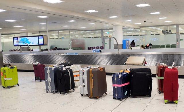 Equipaje en el Aeropuerto de Londres-Gatwick, en Londres (Reino Unido)