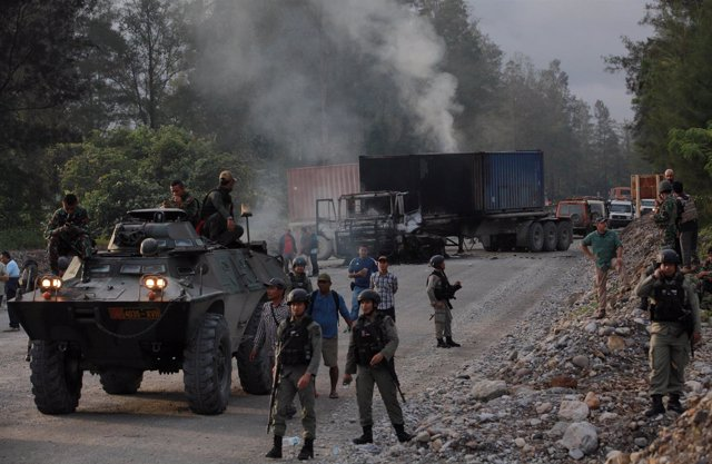 Policías y fuerzas de seguridad indonesias durante una disputa en Timika, Papúa