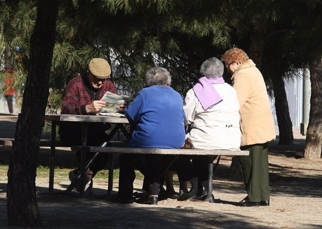 Unos pensionistas en un parque