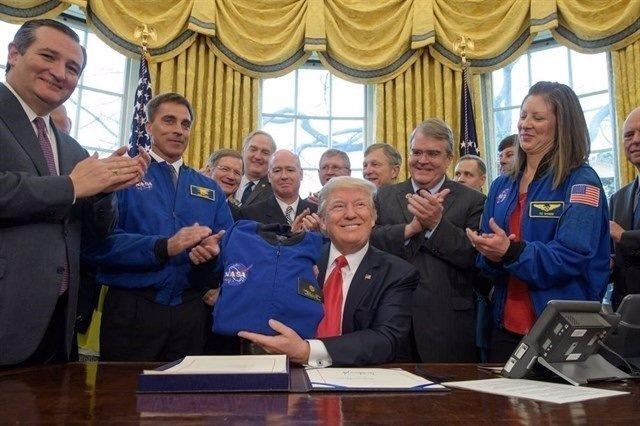 Donald Trump amb científics de la NASA
