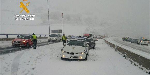6. La Guardia Civil libera a decenas de vehículos atrapados por la nieve en la A-67, en Montabliz