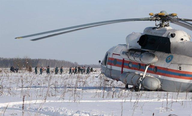 Equipos de emergencia recuperan los restos del avión siniestrado en Rusia