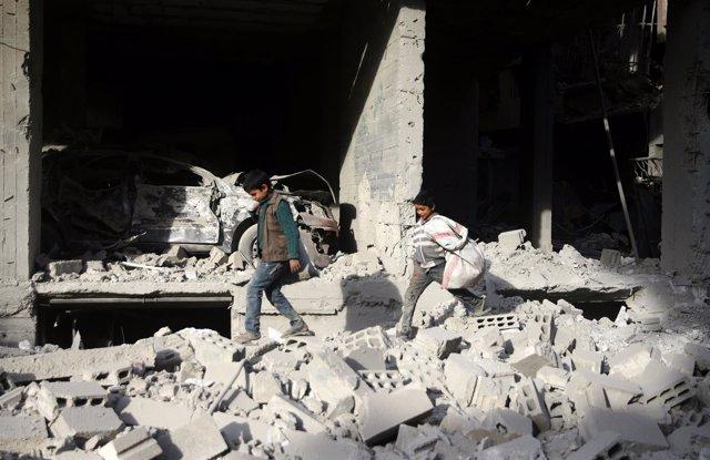 Niños entre escombros en Ghuta Oriental