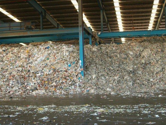 Nave de papel recuperado para su reciclaje