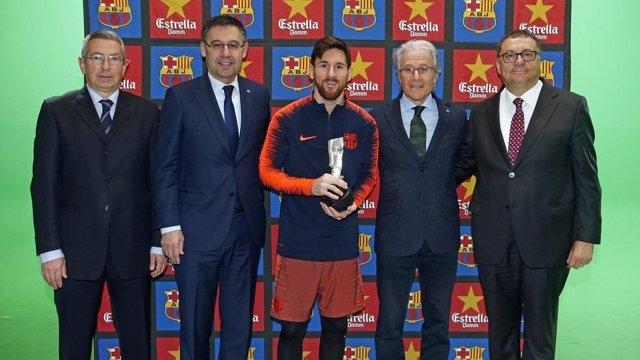 Messi junto a Bartomeu en la recogida del premio 'Barça Jugadores'