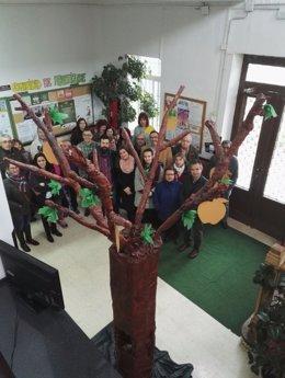Caballero (c) conoce el proyecto 'Un árbol cargado de sueños'.