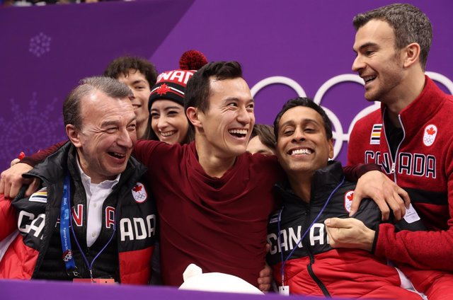 Patrick Chan celebra con sus compañeros su oro