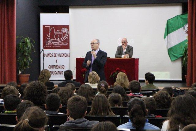 Juan Pablo Durán se dirige a los alumnos del CEIP Ángel Cruz Rueda