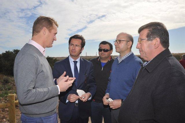 Enríquez visita los trabajos en Punta Entinas-Sabinar