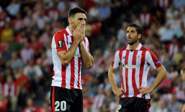 Aduriz y Raúl García tras una derrota con el Athletic