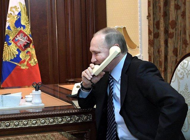 Putin hablando por teléfono
