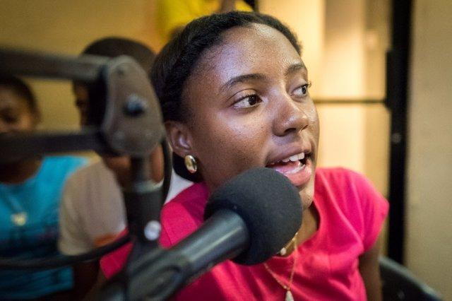 Ambar en un programa de radio apoyado por World Vision