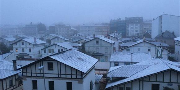1. La nieve dificulta la circulación en la A-52 en A Gudiña (Ourense) y en la A-6 en Pedrafita (Lugo)