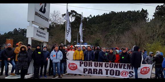 7. La huelga paraliza la actividad de Bridgestone en Puente San Miguel, según los sindicatos
