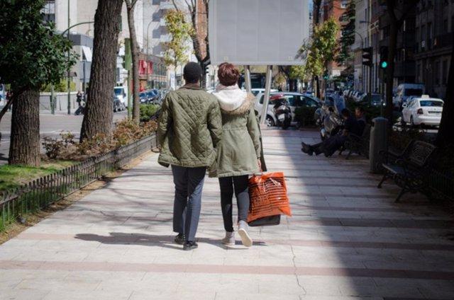 Parejas, calle, gente, pasear, paseando, compras, centro de Madrid, amor