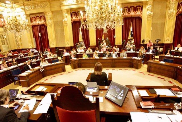 Armengol le espeta a Prohens: 'Se verán los efectos de la Ley de Vivienda si su Gobierno no la impugna. Espero que no'
