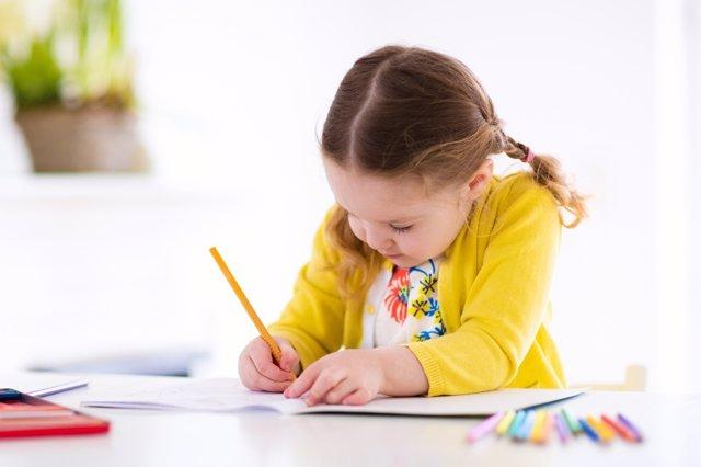 La caligrafía es una buena elección para estimular a los niños.