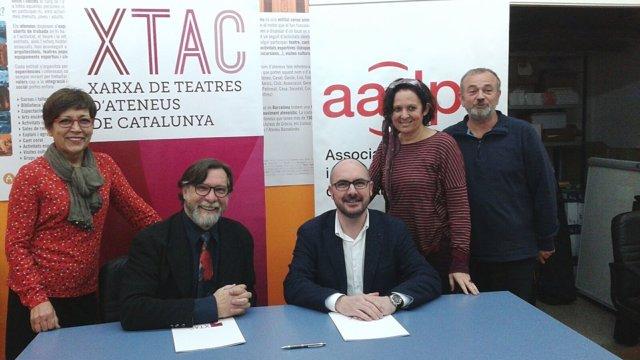 Membres d'ambdues entitats en la signatura de l'acord