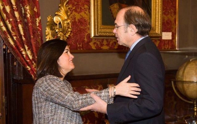 El presidente del Senado Pío García-Escudero, y Carolina Darias