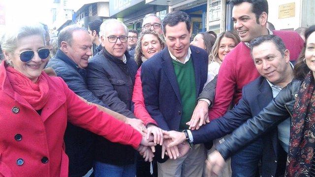 Juanma Moreno (c), junto a miembros del PP de Jaén.