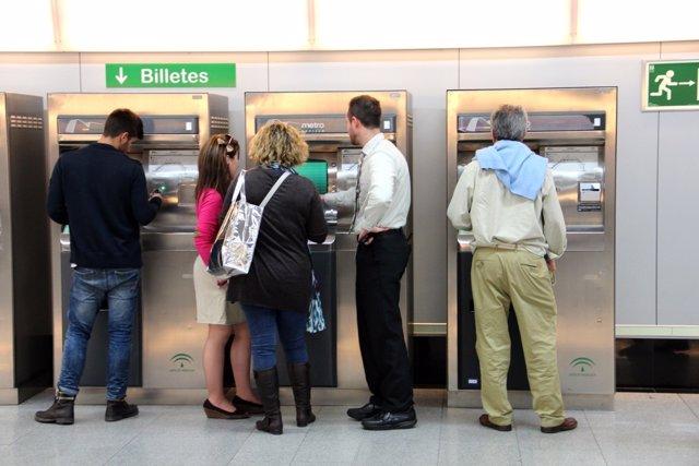 Uusarios del metro de Sevilla