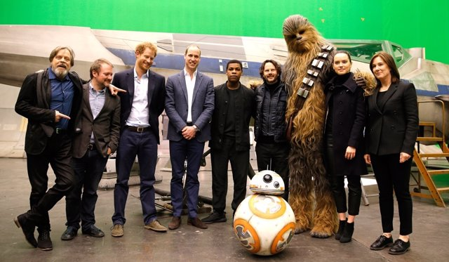 Los Príncipes Harry y Guillermo visitan el rodaje de Star Wars en Pinewood
