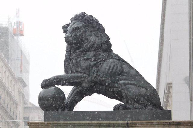 Nieve, nieva sobre el león del Congreso de los Diputados