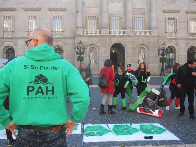 Membrers de la PAH davant l'Ajuntament de Barcelona