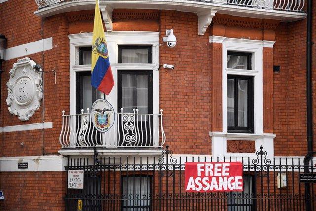 Pancarta de apoyo a Julian Assange en la Embajada de Ecuador en Londres