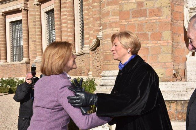 La ministra María Dolores de Cospedal con la ministra italiana de defensa