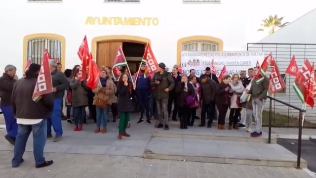 Trabajadores afectados se concentran en las puertas del Consistorio