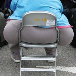 una persona obesa sentada