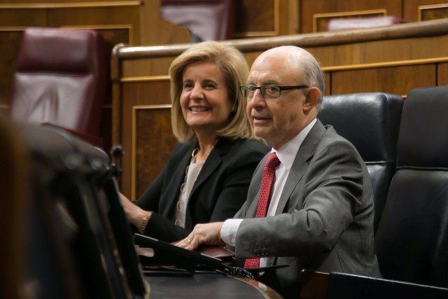 Los ministros Fátima Báñez y Cristóbal Montoro en el Pleno del Congreso
