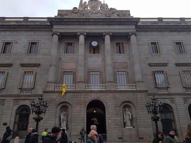 Lazo amarillo por los presos sobernistas en el Ayuntamiento de Barcelona