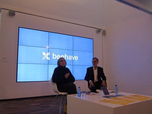 La comisaria M. Millà junto al director de la fundación M. Daniel