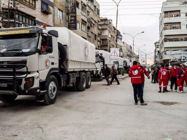 Un convoy humanitario entra en el bastión rebelde de Ghuta Oriental